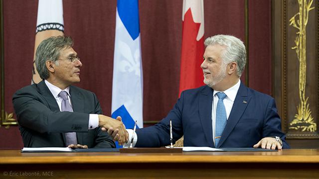 Québec, le 13 juillet 2015. – Le premier ministre, Philippe Couillard, en compagnie de Matthew Coon Come, grand chef du Grand Conseil des Cris, pour la signature d'une nouvelle entente de partenariat et de collaboration entre le gouvernement du Québec et le Grand Conseil des Cris (Eeyou Istchee).